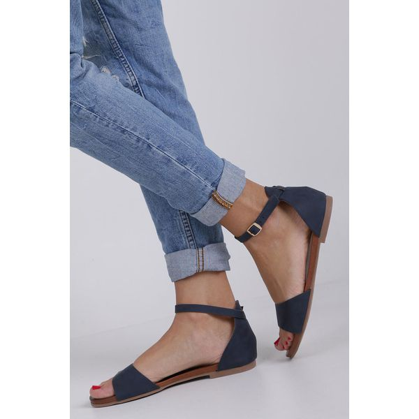 Czarne sandały damskie z zakrytą piętą i ozdobnymi paskami