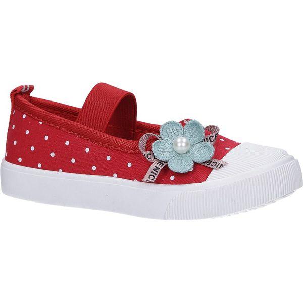 czerwone trampki z gumką z ozdobnym kwiatkiem casu b33