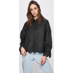 07cf079376d59 Kurtki przeciwdeszczowe damskie marki Guess Jeans - Kolekcja wiosna ...