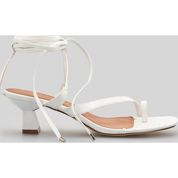 8add83871e295 Sandały na geometrycznym obcasie - Biały - Sandały damskie marki ...