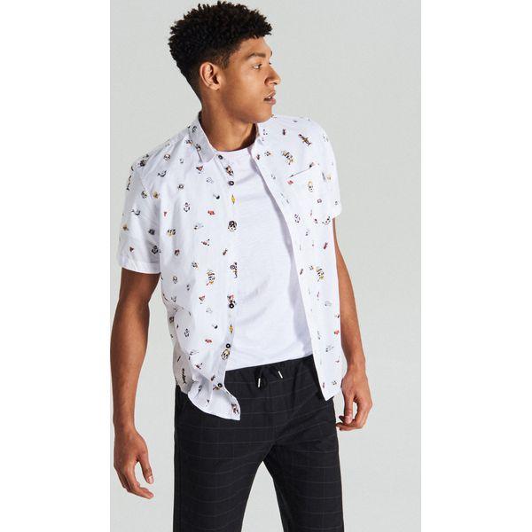05ebdb3b85cb59 Koszula z krótkim rękawem all over - Biały - Koszule męskie Cropp. W  wyprzedaży za 29.99 zł. - Koszule męskie - Odzież męska - Mężczyzna - Sklep  Super ...