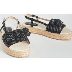9afadf77a8f91 Sandały na koturnie - Czarny. Czarne sandały damskie marki Sinsay, bez  wzorów, bez